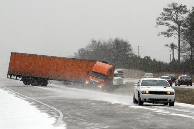 Des dizaines d'accidents ont été signalés de la... (Photo: AP)