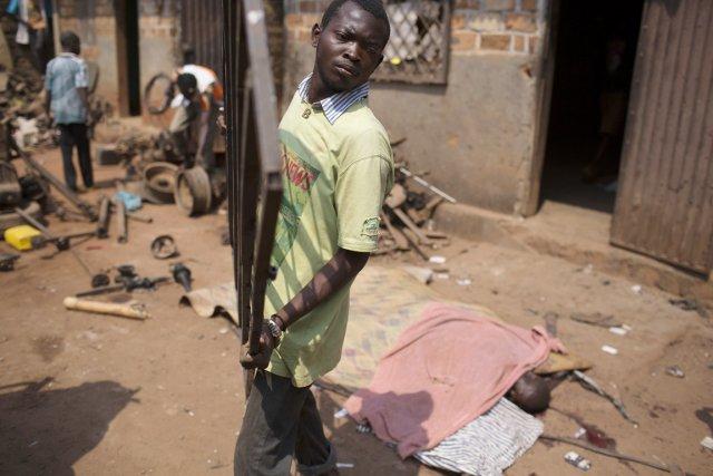 Les pilleurs côtoient les cadavres dans plusieurs secteurs... (PHOTO SIEGFRIED MODOLA, REUTERS)