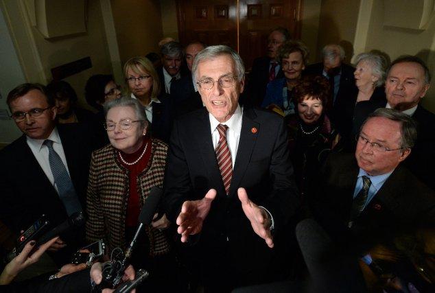 Les sénateurs touchés ont émergé en bloc de... (Photo Sean Kilpatrick, PC)