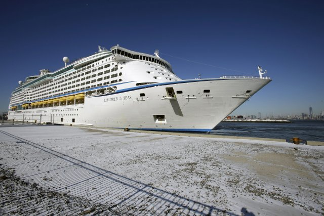 L'Explorer of the Seas est en voie de... (Photo Mel Evans, AP)