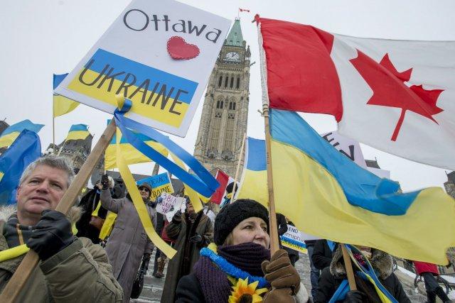 Quelques dizaines de personnes ont manifesté à Ottawa... (Photo Justin Tang, PC)