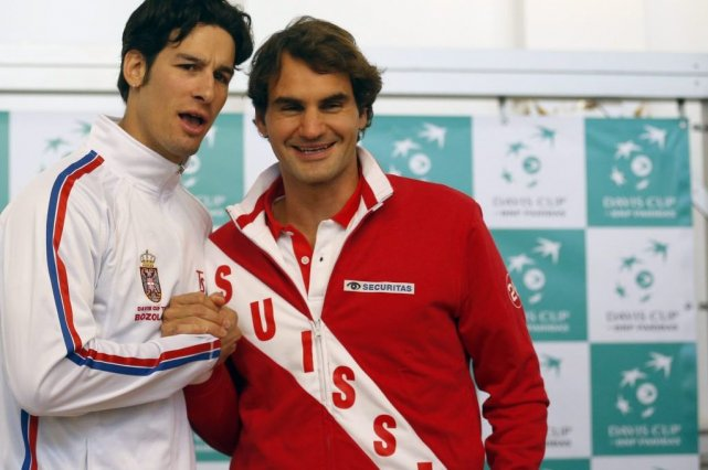 Ilija Bozoljac et Roger Federer... (Photo Darko Vojinovic, Associated Press)