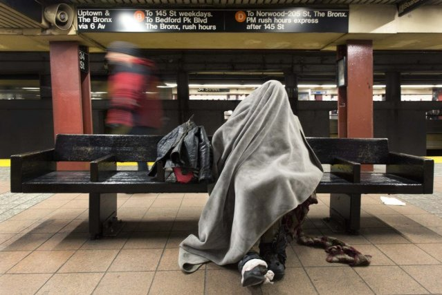 Un sans-abri dans le métro de New York.... (Photo AP)