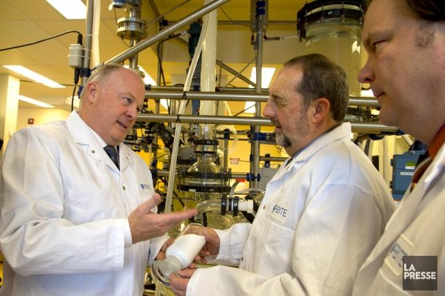 Le ministre Denis Lebel (au centre) a annoncé... (Photo Alain Roberge, La Presse)