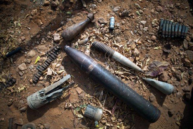 Bombes, roquettes, débris de guerre explosifs abandonnés: le... (Photo Agence France-Presse)