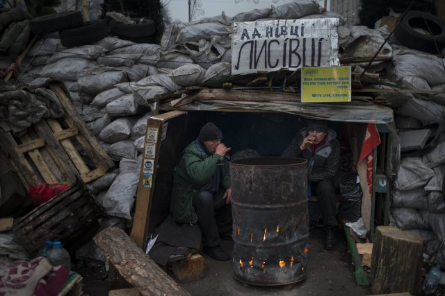 Deux manifestants boivent du thé, tout en surveillant... (Photo Alexander Zemlianichenko, Associated Press)