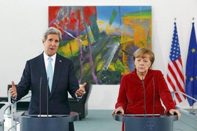 John Kerry et Angela Merkel.... (Photo Tobias Schwarz, Reuters)