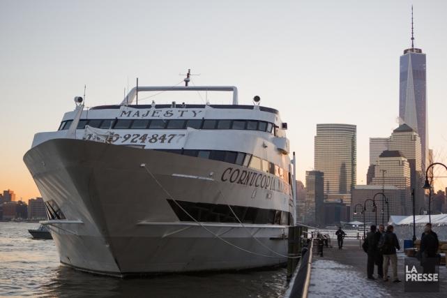 Les conférences de presse des Broncos se déroulent à l'intérieur d'un navire de... (Photo Simon Giroux, La Presse)