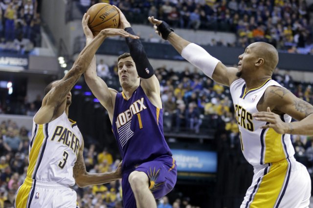 Goran Dragic (au centre) a inscrit 28 points... (Photo AP)