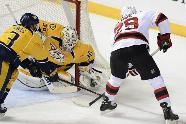 Le gardien Carter Hutton attrape la rondelle dans... (Photo Mark Zaleski, AP)