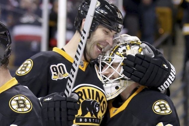 Zdeno Chara (33) félicite son gardien Chad Johnson.... (PHOTO MARY SCHWALM, AP)
