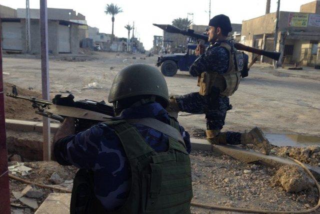 Des membres des forces de sécurité iraquiennes prennent... (PHOTO REUTERS)