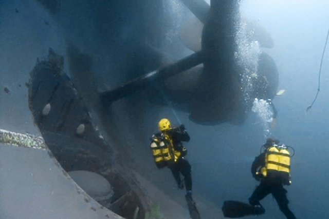 Le Costa Concordia - 300 mètres de long,... (Photo AP/Vigili del Fuoco)