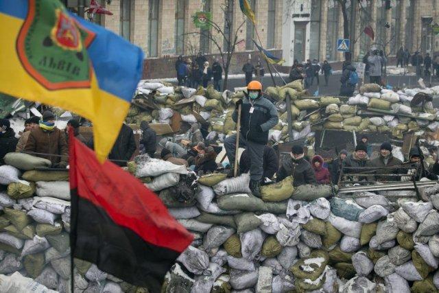 Des opposants se tiennent debout sur une barricade... (Photo Darko Bandic, AP)