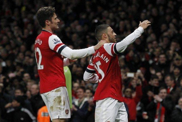 Alex Oxlade-Chamberlain a marqué les deux buts d'Arsenal.... (Photo Sang Tan, AP)