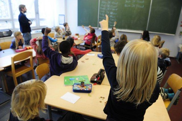 Les diplômés des divers programmes d'enseignement au primaire... (PHOTO JOHN MCDOUGALL, AFP)