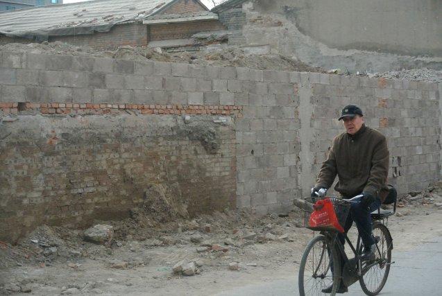 Un homme passe sur le site du Tianyi... (Photo TOM HANCOCK, AFP)