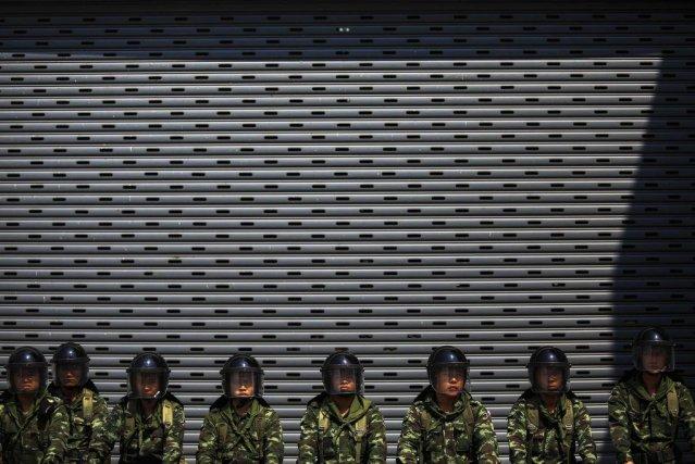 Des soldats thaïlandais montent la garde devant un... (Photo ATHIT PERAWONGMETHA, Reuters)