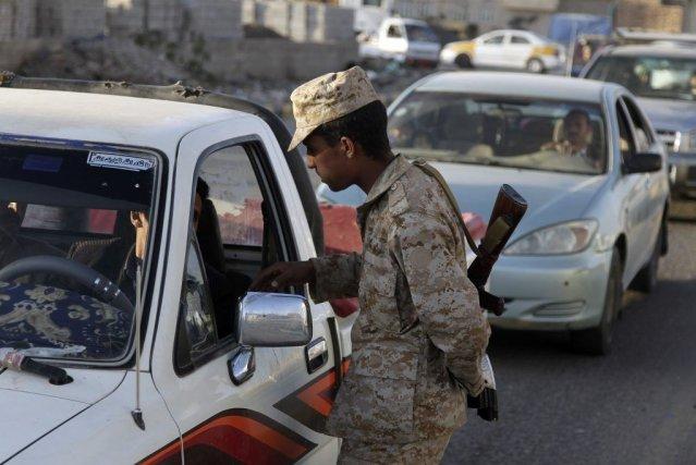 Un soldat contrôle les voitures à un checkpoint,... (Photo Khaled Abdullah, Reuters)