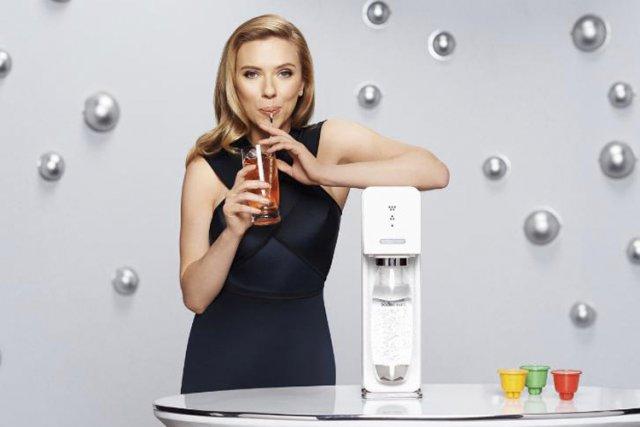 Oxfam a dénoncé l'association entre Scarlett Johansson, qui... (Associated Press)