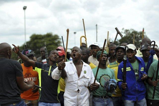 Les mineurs brandissaient «des armes dangereuses comme des... (Photo AFP)