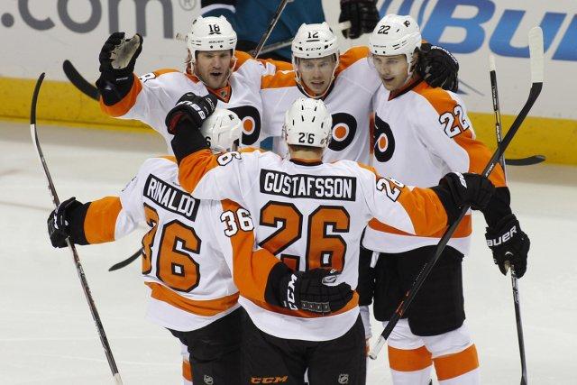 Les joueurs des Flyers ont célébré le but... (Photo George Nikitin, AP)