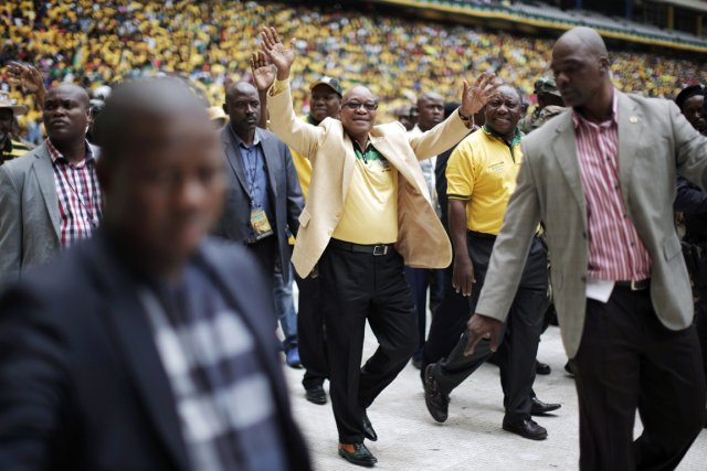 Le président sud-africain Jacob Zuma salue ses partisans... (PHOTO MARCO LONGARI, ARCHIVES AFP)