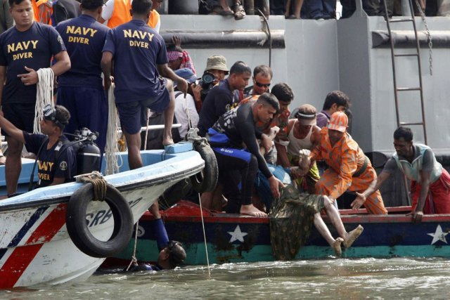 En mars 2012, le naufrage d'un transbordeur bondé... (Photo: Pavel Rahman, AP)