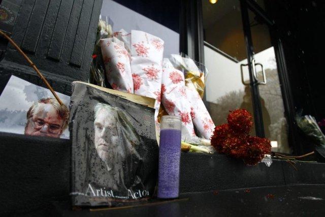 Des photos et des fleurs ont été placées... (Photo: Reuters)