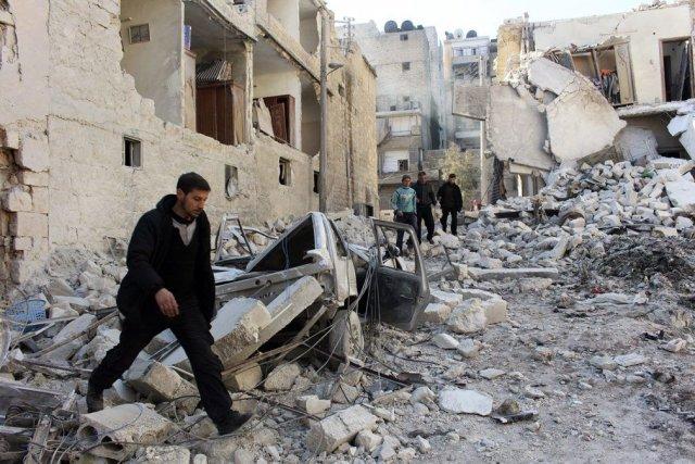 Un homme inspecte les décombres après ce que... (Photo Reuters)
