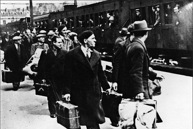 Des juifs étrangers, pour la plupart polonais, descendent... (Photo d'archives AFP)