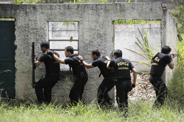 Des membres de la Force de Sécurité Nationale,... (Photo: Reuters)