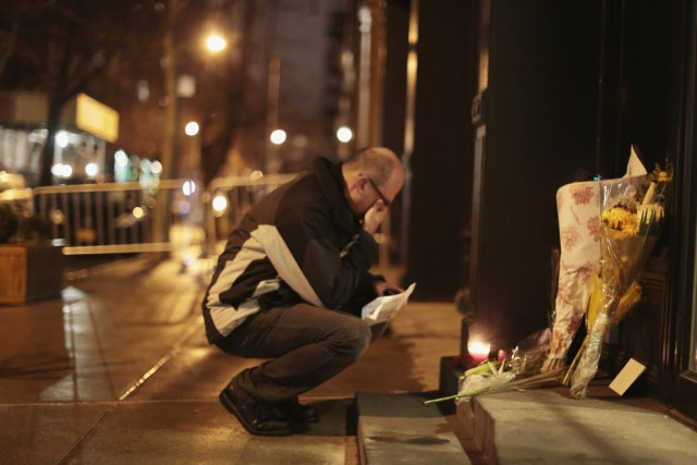 Un homme se recueille devant l'immeuble de Manhattan... (PHOTO JOHN TAGGART, REUTERS)