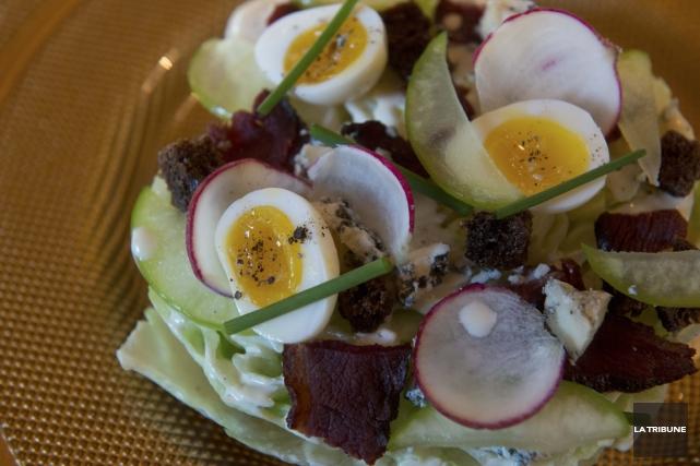 Salade au bleu d'Élizabeth et canard fumé... (Photo René Marquis, La Tribune)