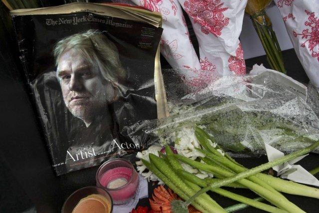 Plusieurs personnes ont déposé fleurs, bougies et photos... (Photo Carlo Allegri, Reuters)