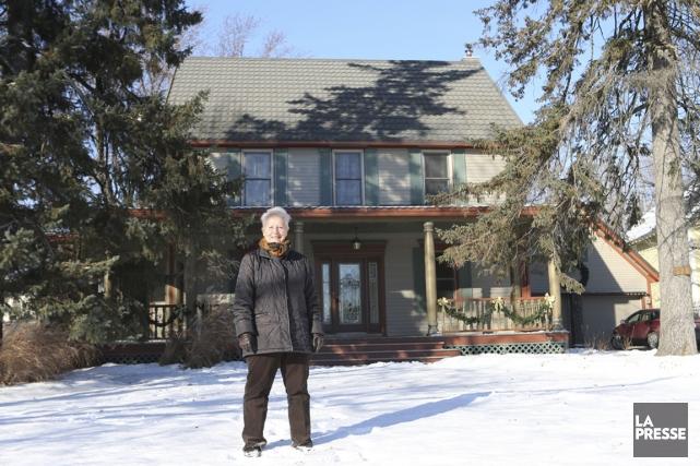 Francine Laporte devant sa maison.... (PHOTO MARTIN CHAMBERLAND, LA PRESSE)