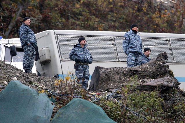 Des policiers russes aux abords de la mer... (Photo Dmitry Lovetsky, AP)