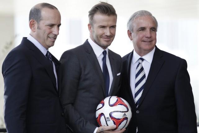 David Beckham (au centre), en compagnie du commissaire... (Photo Andrew Innerarity, archives Reuters)