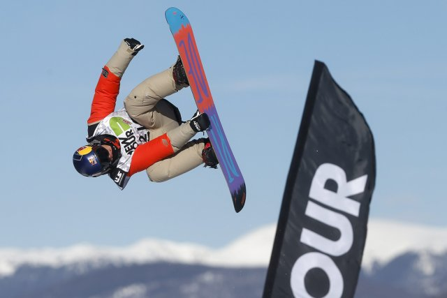 Sébastien Toutant, entre ciel et terre, dans le... (Photo Julie Jacobson, AP)