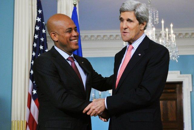 Le président haïtien Michel Martelly (à gauche) a... (PHOTO MANDEL NGAN, AFP)