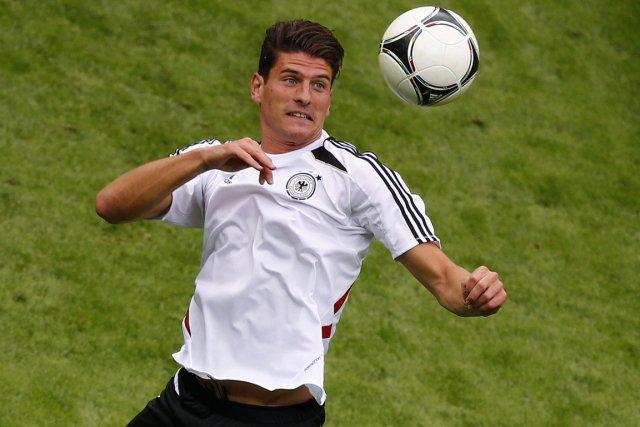 Mario Gomez... (Photo Kai Pfaffenbach, Reuters)