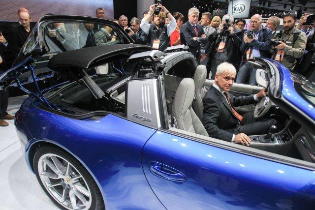La toit rétractable de la nouvelle Porsche 911... (Photo Geoff Robins, AFP)