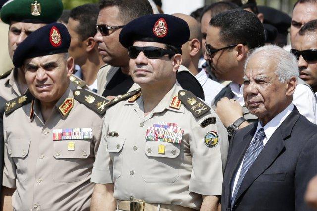 Le maréchal Sissi (au centre), 59 ans, se... (PHOTO HASSAN AMMAR, ARCHIVERS AP)