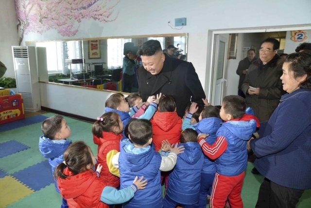 Des orphelins veulent toucher le leader suprême. L'endoctrinement... (PHOTO AFP/KCNA)