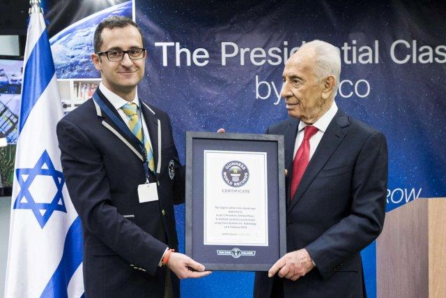 Le président Shimon Peres (à droite) en compagnie... (PHOTO JACK GUEZ,  AFP)