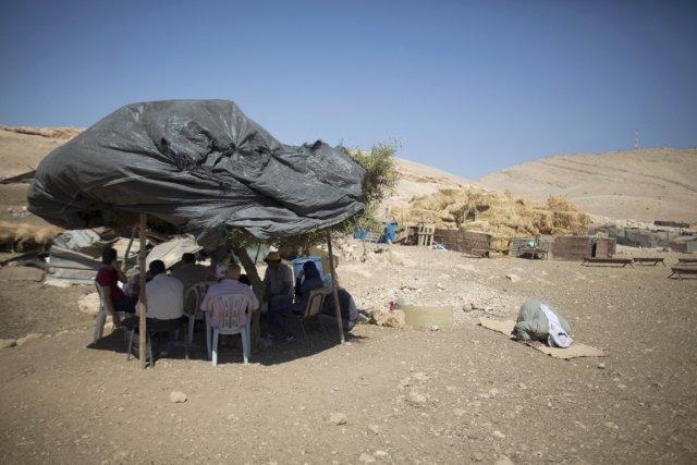 Des activistes palestiniens et israéliens sont assis sous... (PHOTO MENAHEM KAHANA, ARCHIVES AFP)