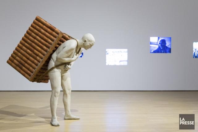 Dans l'oeuvre Home to Go (2001), l'artiste Adrian... (Photo: Édouard Plante-Fréchette, La Presse)