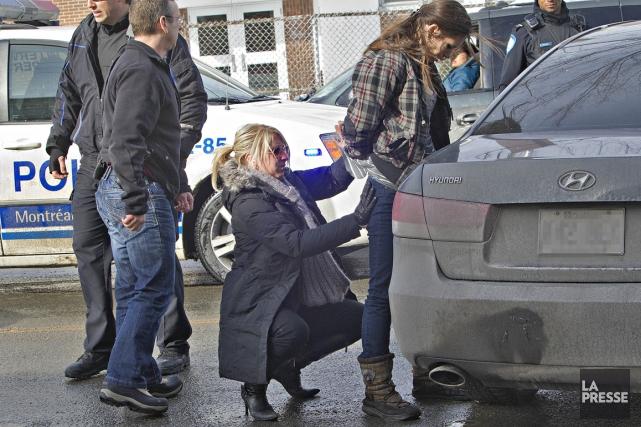 Des enquêteurs et membres du groupe d'intervention du SPVM ont arrêté ce matin... (Photo Patrick Sanfaçon, La Presse)