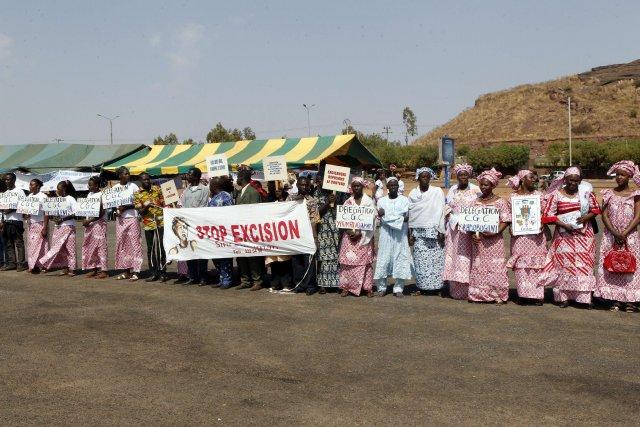 Des femmes maliennes réunies pour protester contre l'excision.... (Photo HABIBOU KOUYATE, AFP)