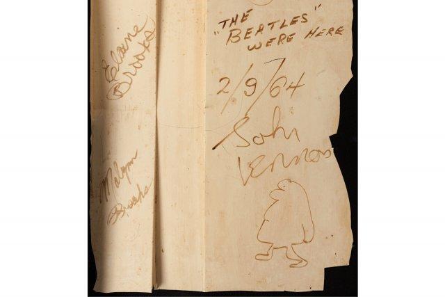 Un morceau de décor autographié par les Beatles... (Photo: AP)